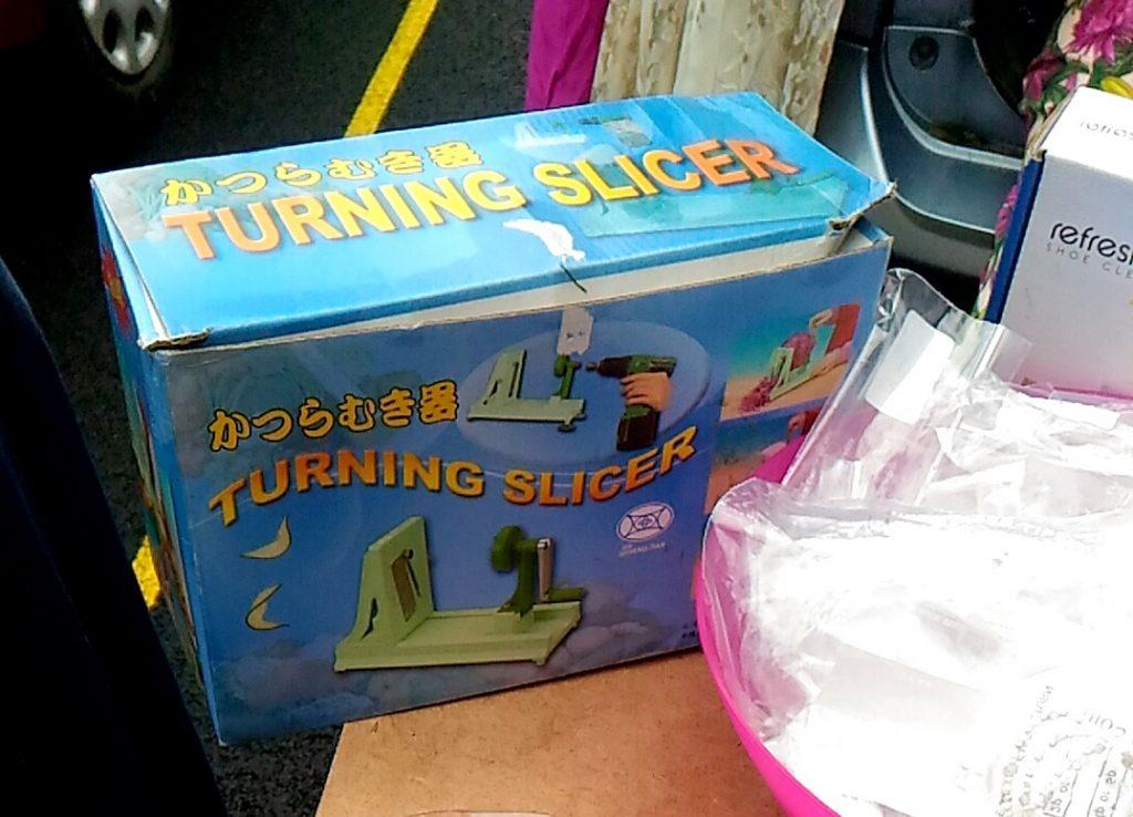 ↑カーブーツセールで見つけた、まさかのかつらむき機w これ、まったく同じものを日本食レストランで使っていたので、2重にびっくりしました。
