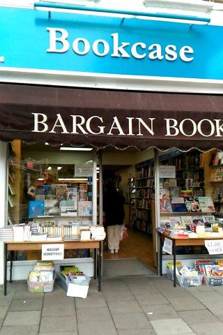 ロンドンで新品の本を定価の半額以下で買うことができるお店を、2つご紹介します!