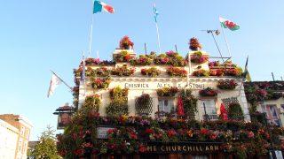 お花でいっぱいのパブ、The Churchill Arms でのランチは・・・