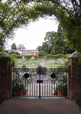 The White Garden at Kensington Palace ー今年いっぱいの期間限定のお庭です!