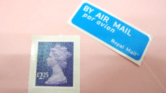 イギリスから日本に封筒型のメッセージカードを送ってみました。エアメールで手紙を送る方法や値段など。